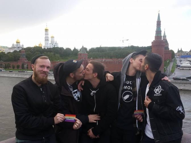 Солисты немецкой панк-группы поддержали ЛГБТ у стен Кремля