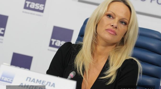 Памела Андерсон прилетела в Москву спасать животных