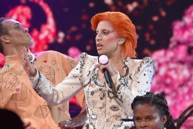 Леди Гага на GRAMMY почтила память Дэвида Боуи