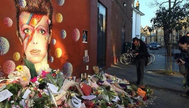 В Лондоне появился охраняемый мемориал Дэвида Боуи