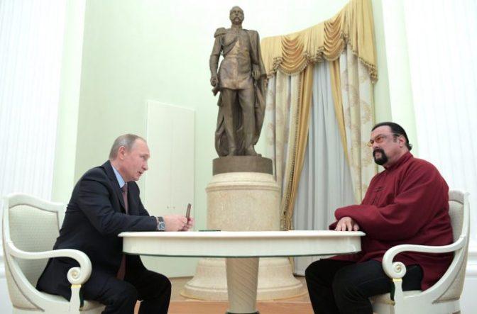Стивен Сигал получил паспорт из рук Владимира Путина